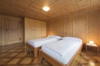 Vorderes Schlafzimmer mit Doppelbett