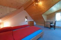 Schlafzimmer mit Doppelbett I